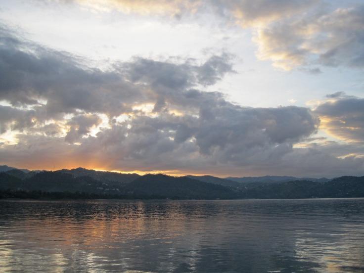 sunrise-over-lake-2098367_1280.jpg